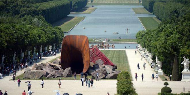Le-vagin-de-la-reine-la-sculpture-de-Kapoor-vandalisee-a-Versailles