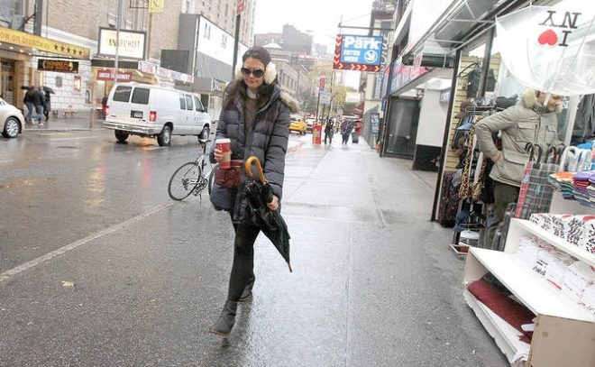 Dans-la-rue-sous-la-pluie-avec-son-Starbucks